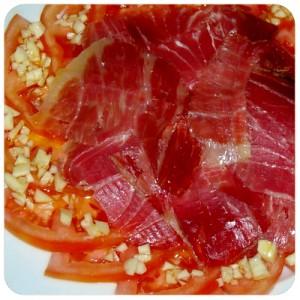 ensalada de tomate con jamon